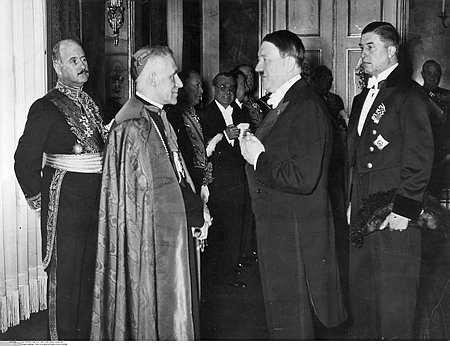 Hitler con algunos funcionarios católicos en eventos oficiales.