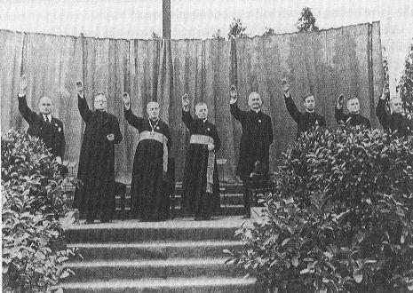 Supuestos sacerdotes católicos haciendo saludo nazi.